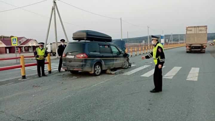 На Пермском тракте иномарка въехала в машину, остановившуюся перед «зеброй»: пострадали четверо детей