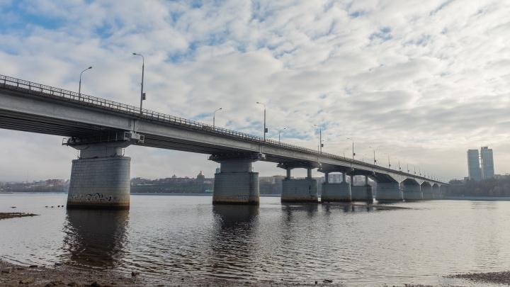 В Перми мужчина перелез через перила Коммунального моста. На место выезжала полиция