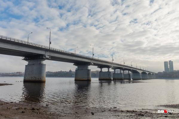 На мосту мужчину заметили очевидцы