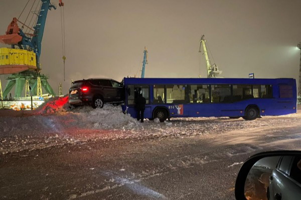 «Копперфилд?»: в Норильске кроссовер с сугроба влетел в лобовое стекло двигающегося автобуса