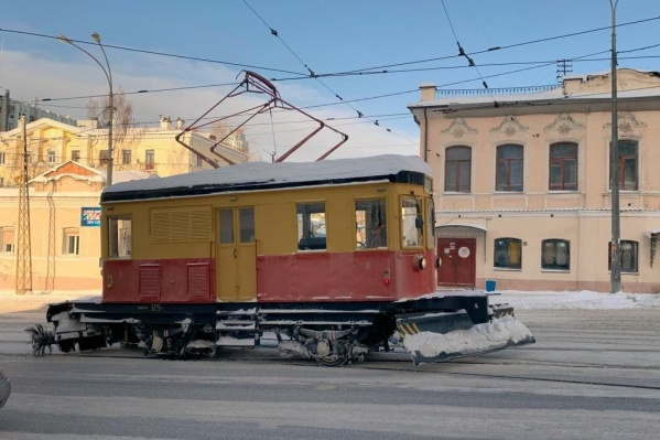 Трамвай-снегочист редко можно увидеть на улицах города в дневное время
