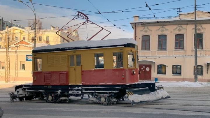 «Дед» из депо: как в Екатеринбурге древний трамвай чистит рельсы, хотя ему место в музее