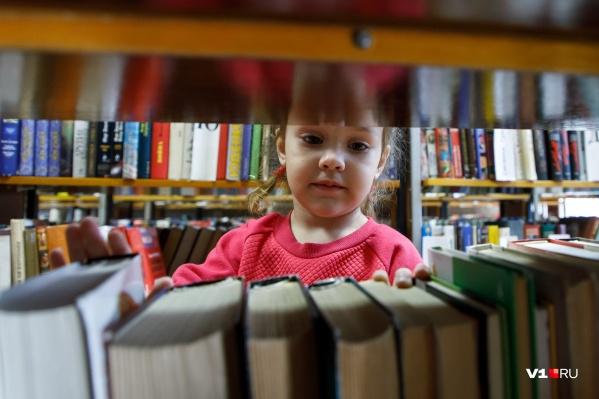 В первую очередь добровольцы хотят передать книги школам и библиотекам