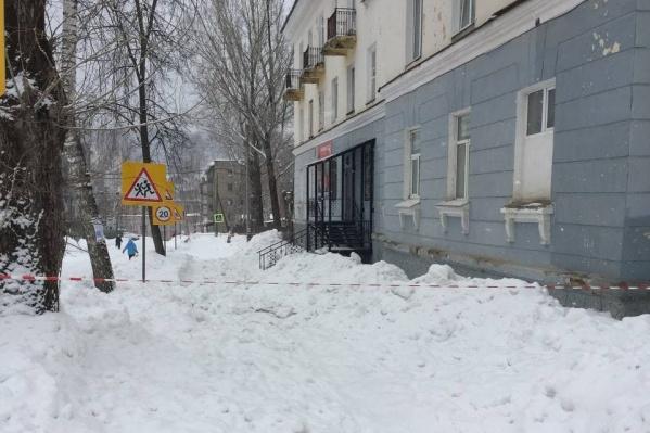 Женщина проходила мимо этого дома, когда на нее свалился снежный ком