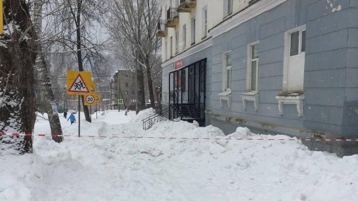 В Челябинской области следователи возбудили дело о падении снежной глыбы на мать-одиночку