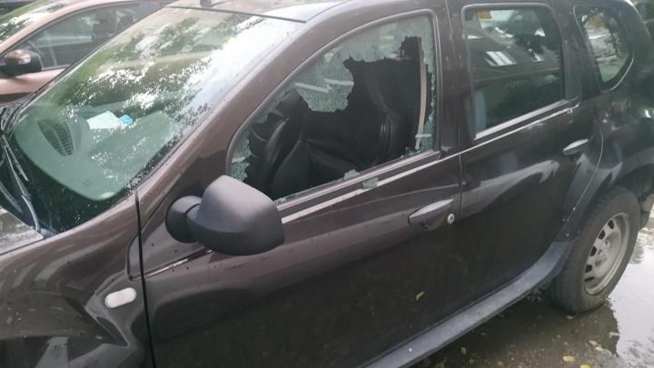 Камни отлетали от стены дома и разбивали окна: в Екатеринбурге во время урагана пострадали машины