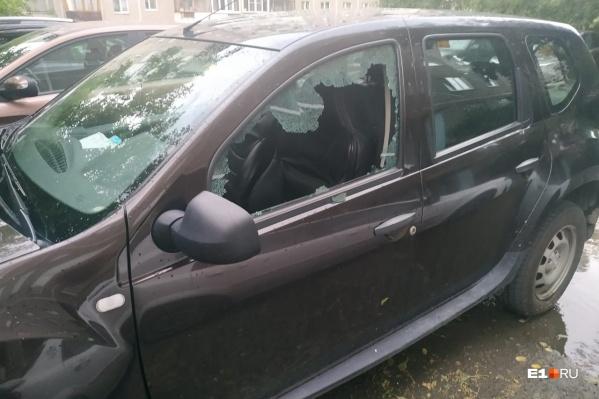 Автомобилям, стоящим рядом с домом, камнями разбило стекла