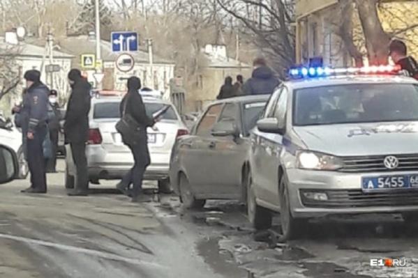 Женщина выбежала на дорогу в неположенном месте