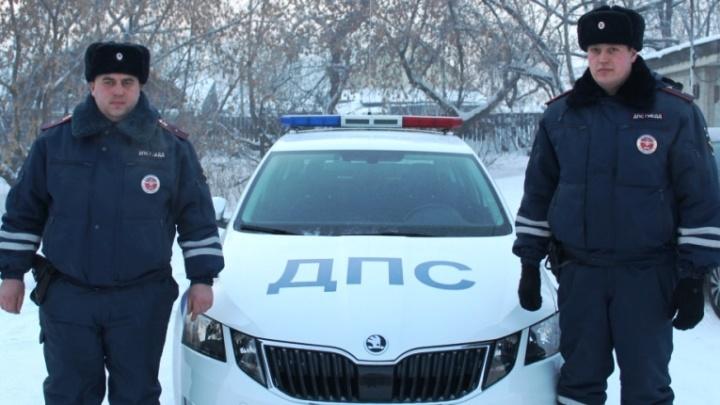 «Ситуация критическая»: полицейские помогли семье с младенцем в сломавшейся на трассе машине