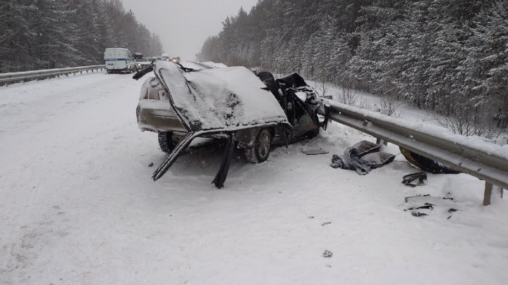 На свердловской трассе автобус снес Lada Priora: один человек погиб, двое пострадали