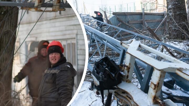 Фото, на которых видно изнутри, как убирали упавший на «деревяшку» кран в Архангельске