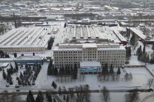 Завод занимает огромную территорию вдоль железнодорожных путей