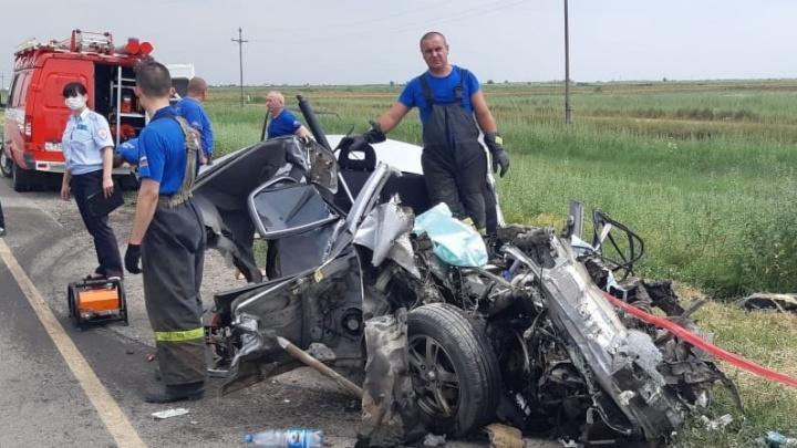 На трассе под Волгоградом женщина-водитель врезалась в грузовик. Один погибший, двое раненых