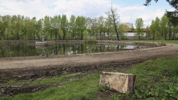 Бетонные блоки в озере, мусор и убитые дорожки: как в Уфе умирает старинный парк имени Гастелло