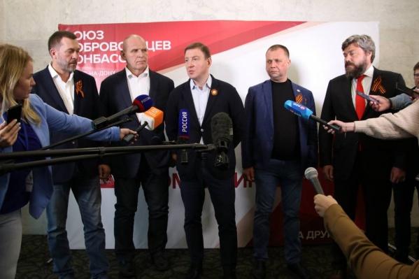 Турчак и Бородай (третий и четвертый слева) после встречи в Ростове