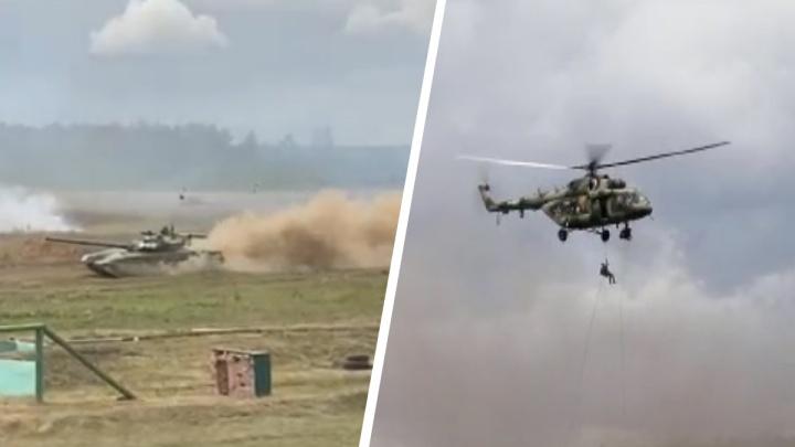 Видео танков, стреляющих в прыжке, и реконструкция «сталинского удара». Как прошел форум «Армия-2021»