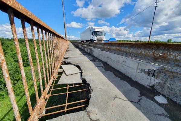 Вот в таком состоянии находится пешеходная часть моста