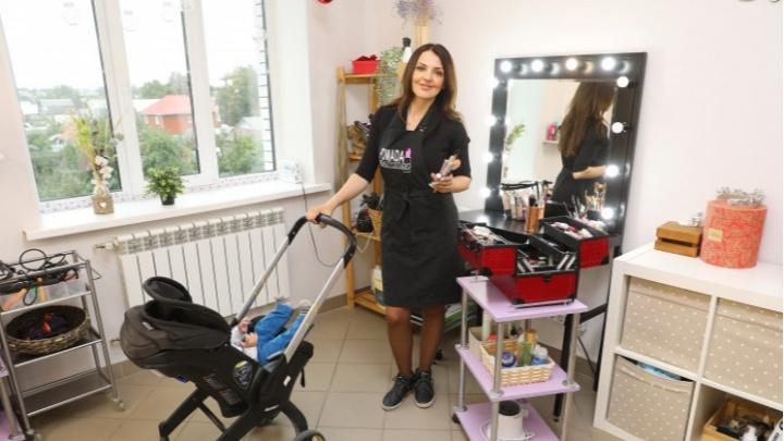 Бизнес в декрете: молодая мама с грудничком на руках стала зарабатывать на косах по 10 тысяч в день