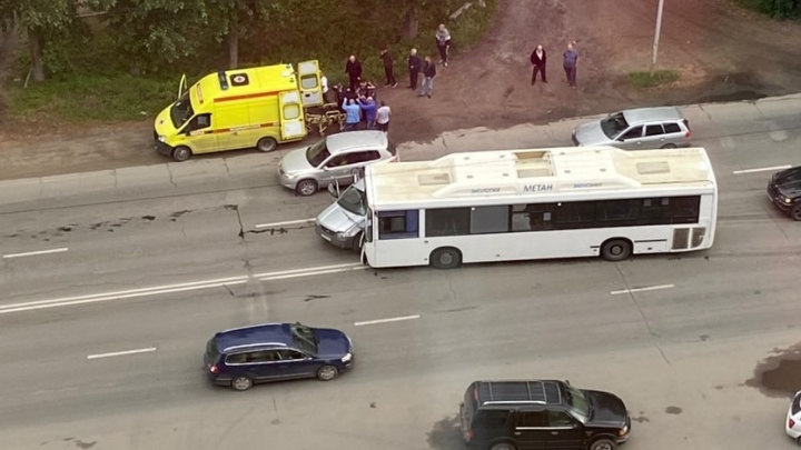 «Водителя увезли в реанимацию»: автобус на встречке врезался в кроссовер