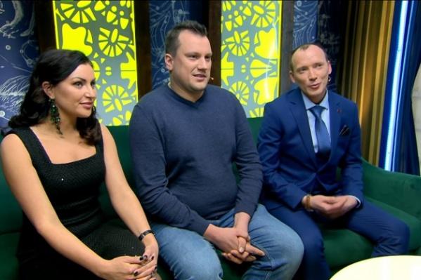 Юрист Александр (справа) участвовал в качестве жениха, его пришли поддержать юрист Виктория Дейнека и астропсихолог Вячеслав Горелов