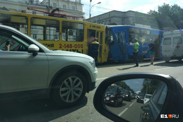 Трамвай, проехавший без водителя несколько кварталов, врезался в стоящий вагон в районе Восточной