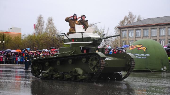 Танки и самоходки времен Великой Отечественной войны под управлением Героев России выехали на улицы Верхней Пышмы