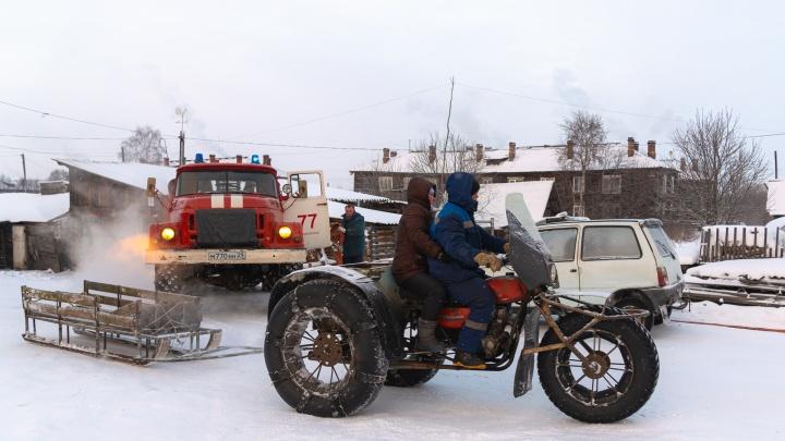 Дома с мультиками, руины завода и каракаты повсюду: фоторепортаж о том, как зимует Хабарка