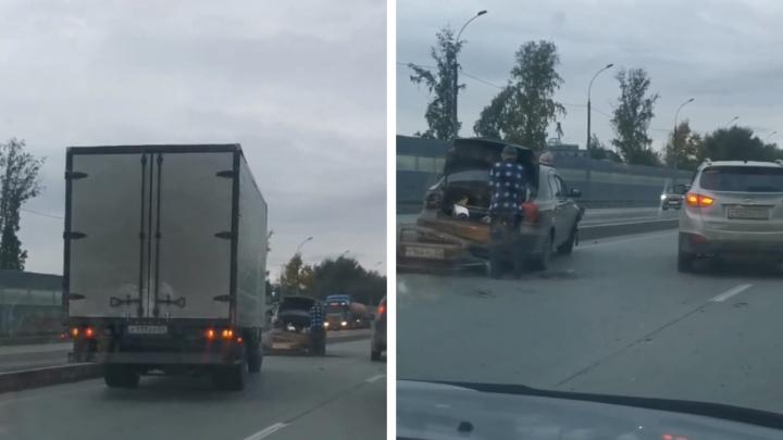 На Бугринском мосту автомобиль вылетел на отбойник. Водитель отказался от освидетельствования