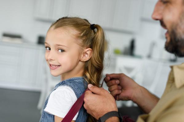 Собирая ребенка в школу, особенно в первый класс, родители обязаны рассказать малышу о том, как вести себя на дороге