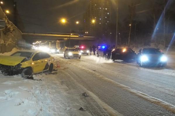 Водитель такси въехал в стоявшие автомобили