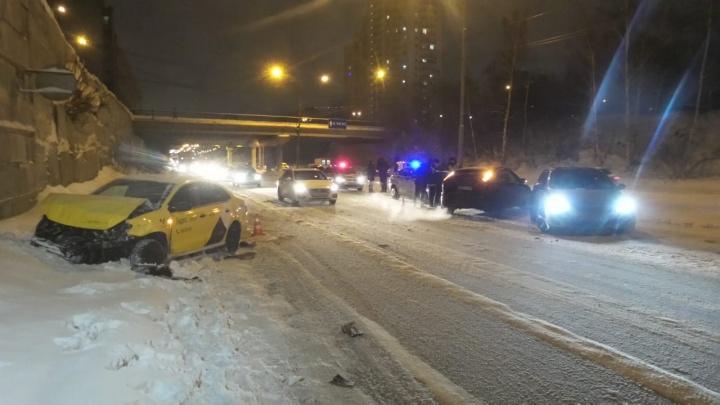На улице Серафимы Дерябиной водитель такси устроил ДТП, влетев в машину, стоявшую в пробке