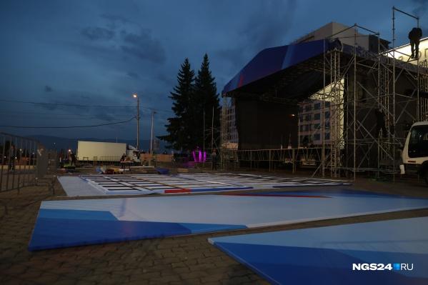 Площадку для выступления начали монтировать в воскресенье