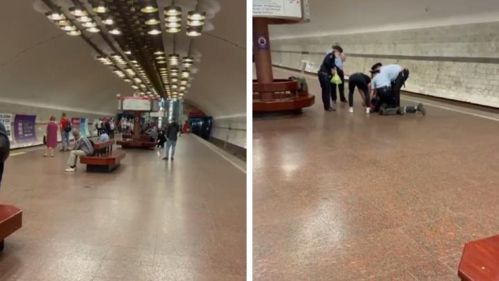 Полицейские скрутили кричащего новосибирца на станции метро «Заельцовская» — видео задержания
