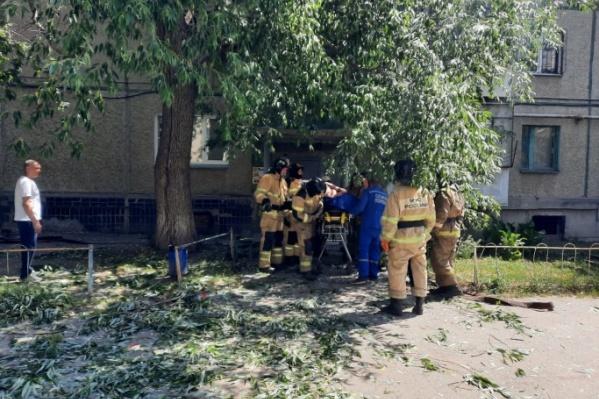 Пострадавшего при взрыве увезли в больницу, у него ожоги 90% тела