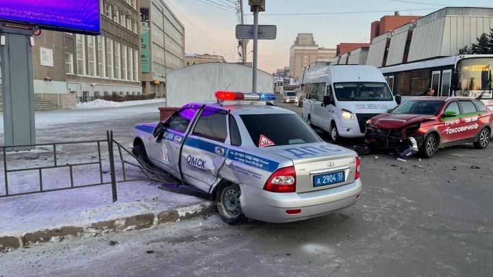 Появилось видео со столкновением автомобиля ДПС и такси в центре Омска