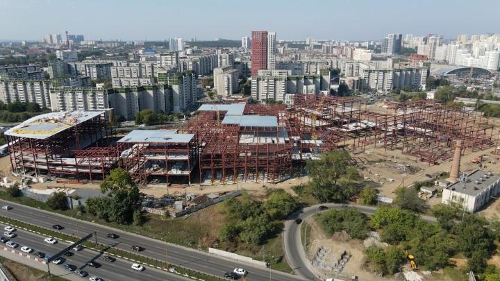 Еще не «золотой», но уже громадный: летаем над стройкой будущего мегаавтовокзала на Ботанике