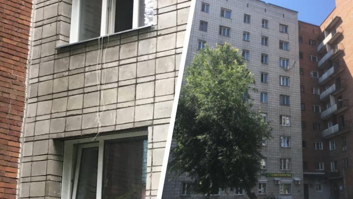 В Центральном районе Новосибирска мужчина выпал из окна
