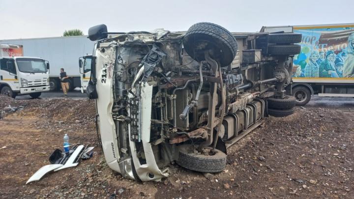 Грузовик на боку: в Самарской области на трассе М-5 столкнулись четыре машины