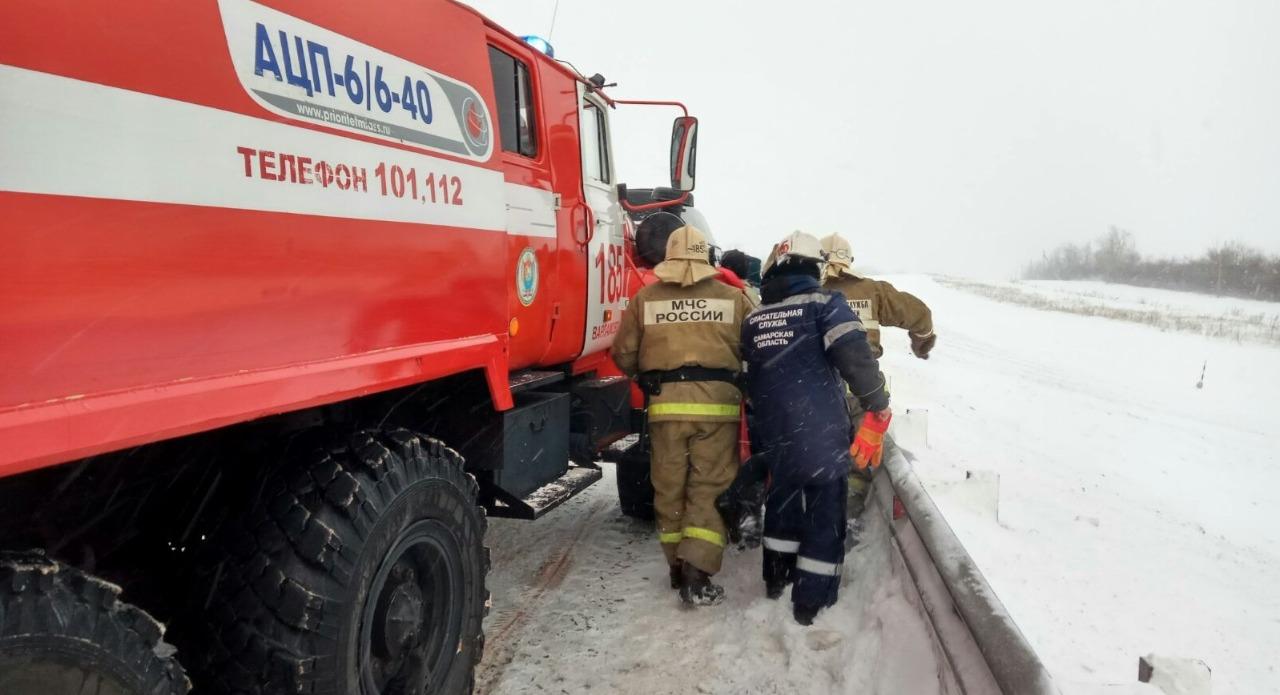 Пострадавшего водителя пожарные-спасатели несли на руках