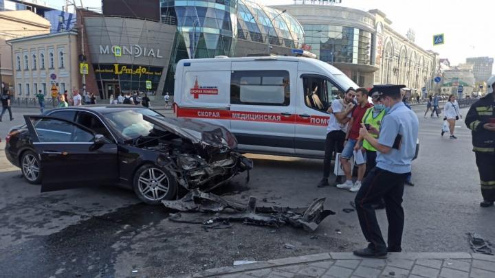 Mercedes выехал на перекресток на красный: в ГИБДД рассказали подробности ДТП у «Гринвича»