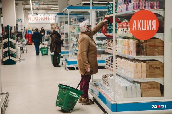Согласно закону «О продовольственной корзине», для нормальной жизни человека у него должны быть не только еда, но возможность купить одежду, мебель и оплатить услуги ЖКХ