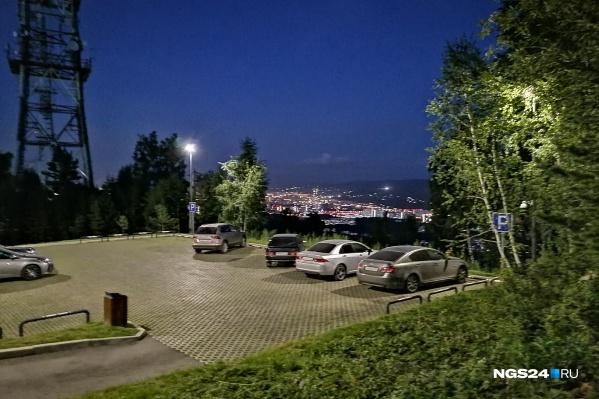 Вот так выглядит парковка на смотровой, куда въезд закрыт с середины лета