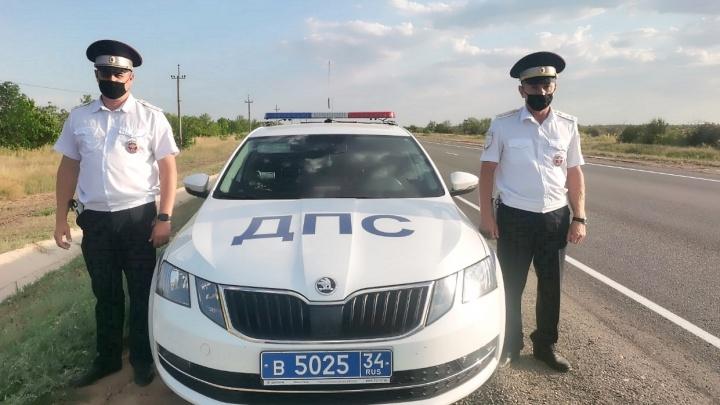«Колесо оторвалось при обгоне»: под Волгоградом инспекторы ДПС спасли семью из искореженного авто