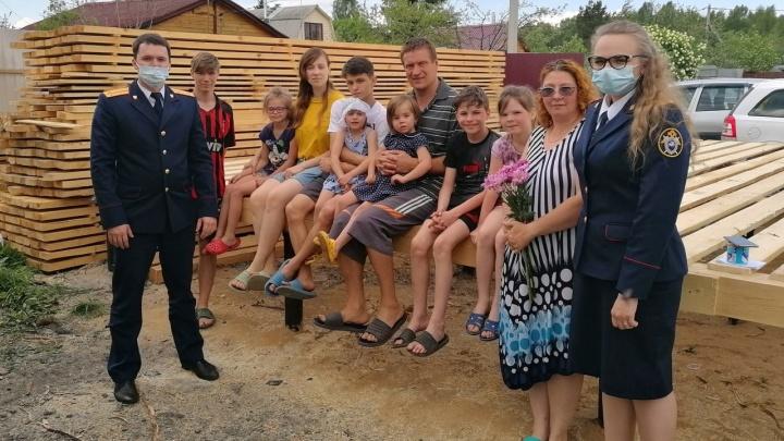 «Выскакивали из огня в одеялах»: семье с 11 детьми, у которой сгорел дом, построят новое жилье