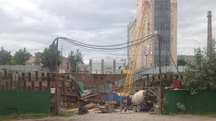 «Был сильный грохот»: на стройке около Большевистской обрушился забор
