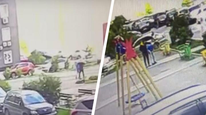 В Новосибирске мужчина напал на 13-летнего подростка из-за сломанных качелей