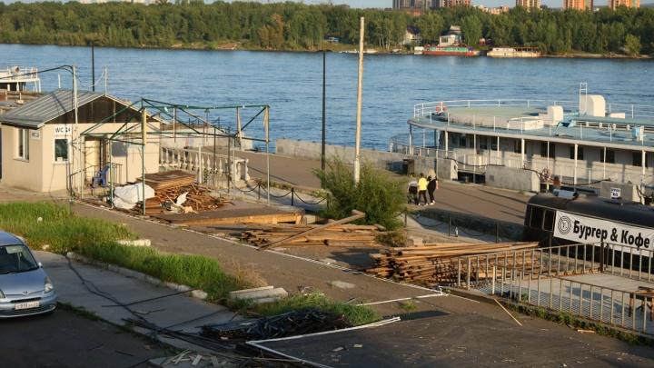 Деревянные кафе возле Речвокзала начали сносить. Одно разобрали уже полностью