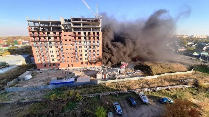 В Старом Кировске загорелась строящаяся десятиэтажка — улицу заволокло черным дымом