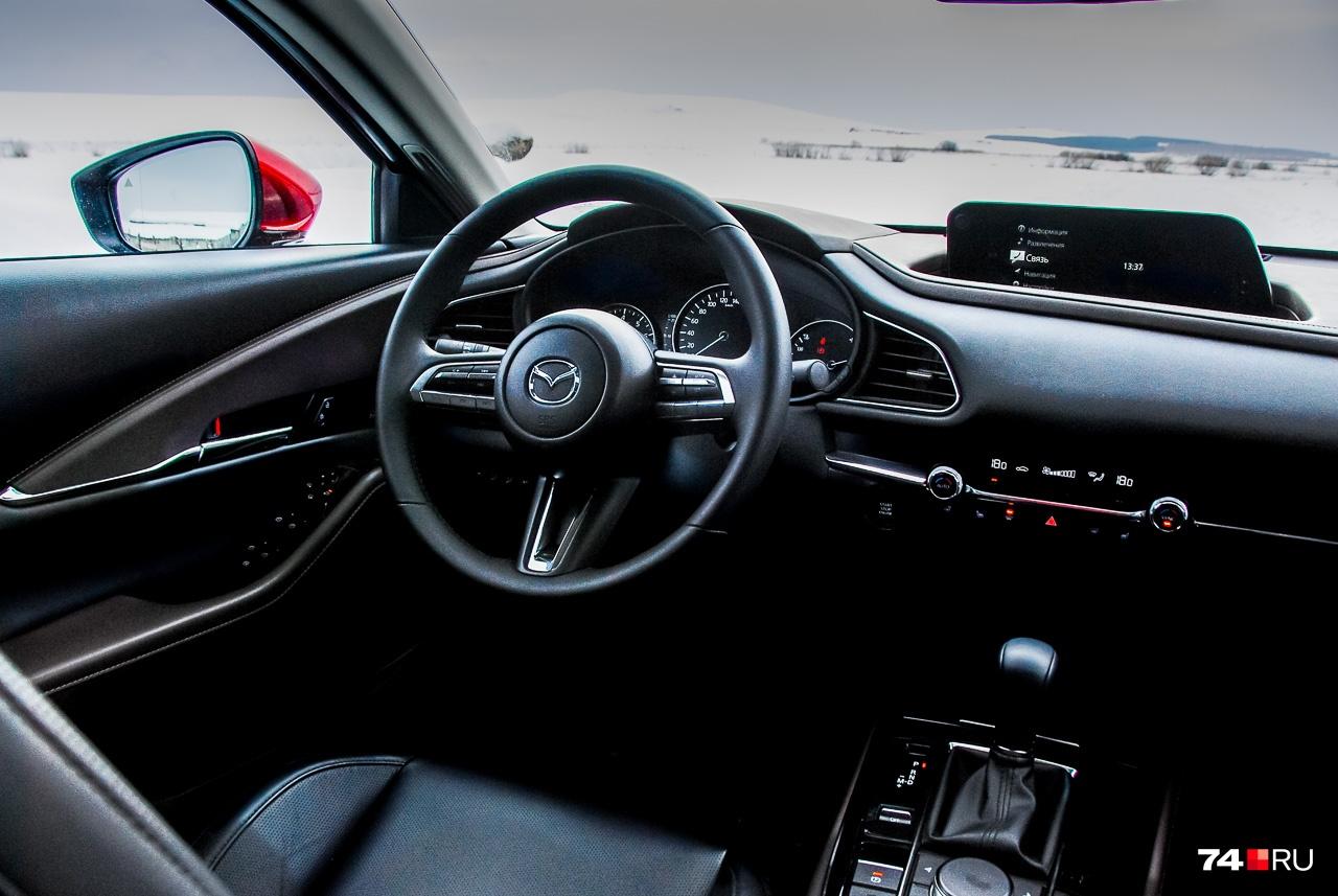 В интерьере никакого изобретательства: всё сделано по классическим для Mazda схемам, при этом симпатично и удобно