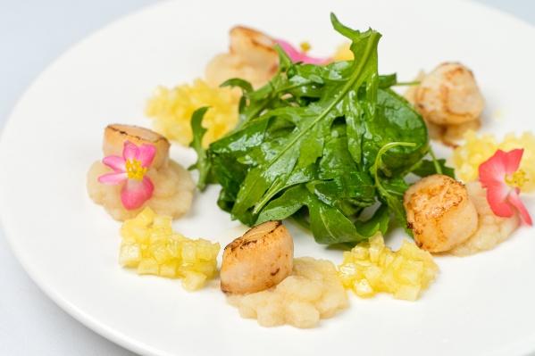 Летом приятно наслаждаться легкими блюдами из морепродуктов, фруктов и овощей